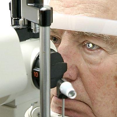 Keuruulaisen Paavo Joutsijoen silmiä tutkitaan ennen kaihileikkaukseen pääsyä.