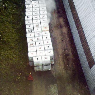 Kuumentunut jätekontti savusi räjähdevalmistaja Forcitin Vihtavuoren tehdasalueella Laukaassa.