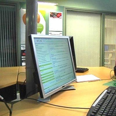kaksi ihmistä tietokoneen ääressä työvoimatoimistossa