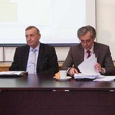 Kolme miestä kertomassa Vaasanseudun kuntajakoselvityksestä