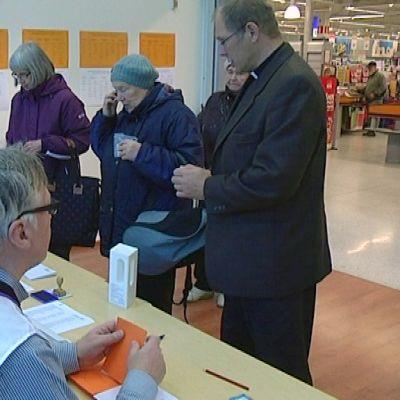 Seurakuntavaalien ennakkoäänestäjiä Launeen Citymarketissa.