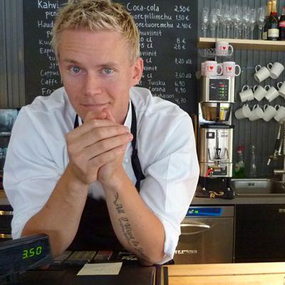 Yrittäjä Kalle Virtanen palvelee Murusessa hymyillen. Hän kiittelee työntekijöitään ja asiakkaita paikan hyvästä hengestä.