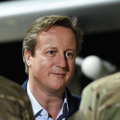 David Cameron tapaamassa sotilaita.