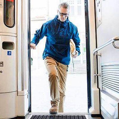 Kalle Virtanen astuu junaan.