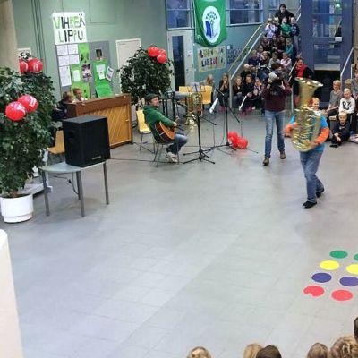 Yle Etelä-Karjala nenäpäivän vietossa Myllymäen koululla Lappeenrannassa.