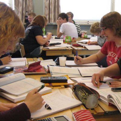 Lukiolaisia ratkaisemassa matematiikan tehtäviä