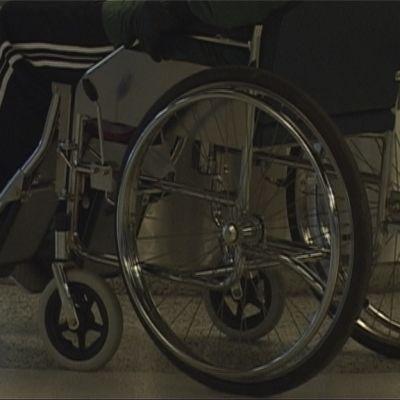 Ihminen istuu pyörätuolissa