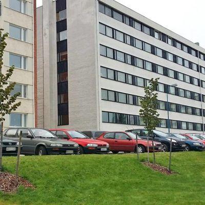 Kajaanin Brahenkadun parkkipaikat ja asuintalot.