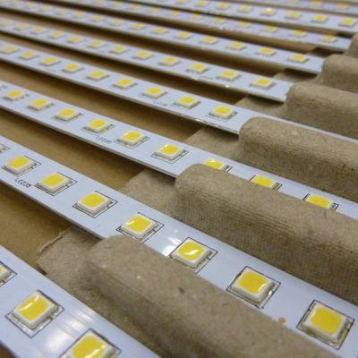 Vierekkäin olevia led-valoja muovilistaan kiinnitettynä