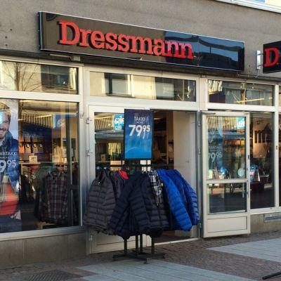 Kajaanin Dressmannilla on ovi auki, eikä tuulikaappia ole.
