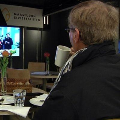 Videoneuvotteluyhteys tuo maalaiset ja kaupunkilaiset saman kahvipöydän ääreen.