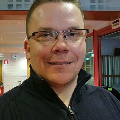 Kajaanin kaupunginvaltuuttettu, kokoomuksen Pasi Savolainen.