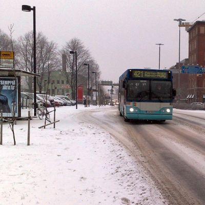 Seutuliikenteen linja-auto Turun Ratapihankadulla.