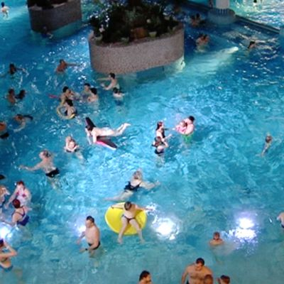 Ihmisiä altaassa Flamingo Spassa 5. tammikuuta 2014.