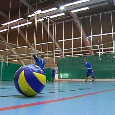 Kuortaneen urheilulukion pojat pelaavat lentopalloa.