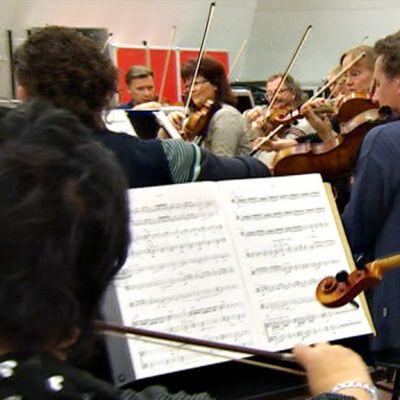 Orkesterilaiset harjoittelevat.