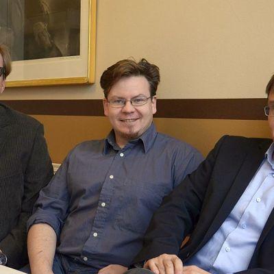 Suomi-Ruotsi -demokratiatutkimuksen Jyväskylän ryhmän muodostavat professori Jari Ojala (vas.), FM Matti Roitto ja professori Petri Karonen.