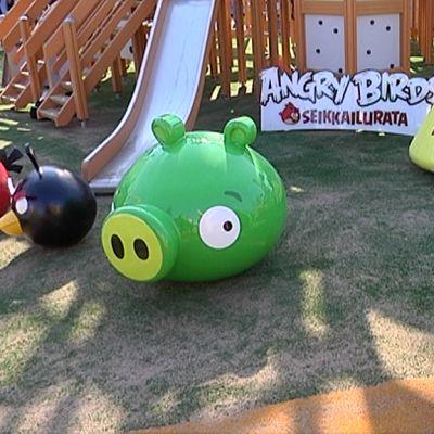 Seikkailuradan Angry Birds -hahmoja.