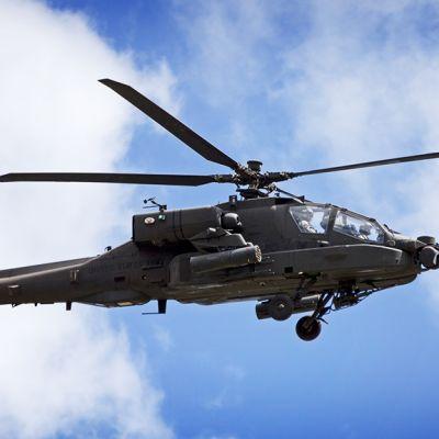 Yhdysvaltain ilmavoimien AH-64E Apache -helikopteri taivaalla.
