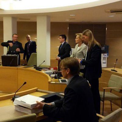Kuvassa oikeudenkäynti käynnissä