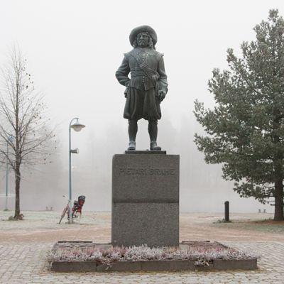 Pietari Brahen patsas Kajaanin kauppatorilla.