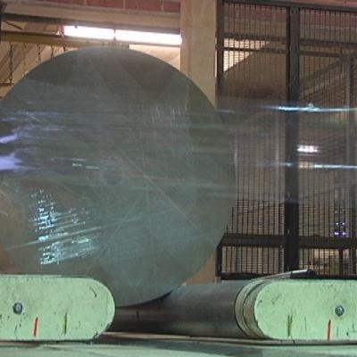Valmis hylsykartonkirulla pakataan muoviin ja lähetetään asiakkaalle.