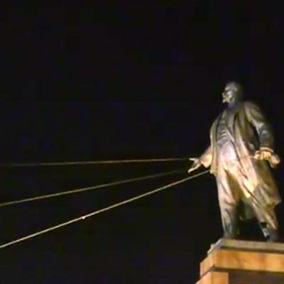 Leninin patsasta kaadetaan Ukrainassa 29. syyskuuta 2014.