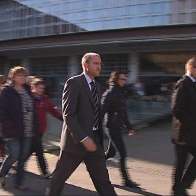 Helsingin oikeustalon henkilökunta osoitti mieltään ulosmarssilla 24.9.2014.