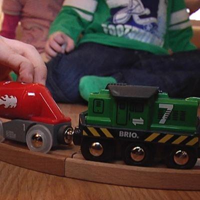 Lapsi leikkii junaradalla.