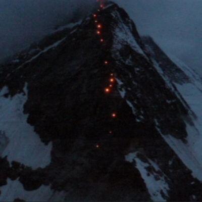 Valoketju Matterhorn-vuoren rinteillä.