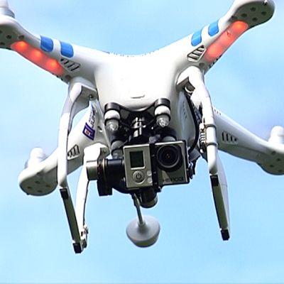 Pienoishelikopteri kuvaa kuvaajaa ilmasta.