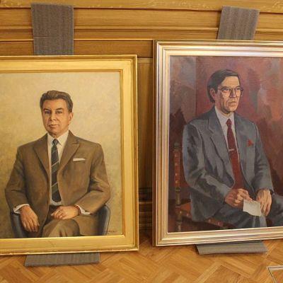 Muotokuvissa Jyväskylän kaupunginjohajat Veli Järvinen (1959-1974) ja Jaakko Loven (1975-1994).