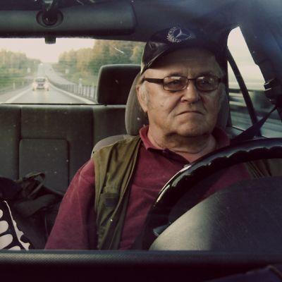 Kai ja hänen isänsä Tauno ajavat Oulusta Göteborgiin, missä he asuivat Kain lapsuudessa 70-luvulla.