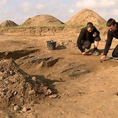 Kaksi arkeologia kaivauksella