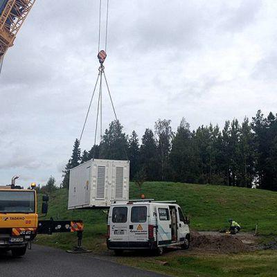 Sähkögeneraattoria nostetaan paikoilleen Oulun Kaakkurissa