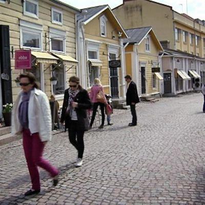 Porvoon kaduilla oli helatorstaina säästä nauttivia turisteja ja ulkoilijoita.