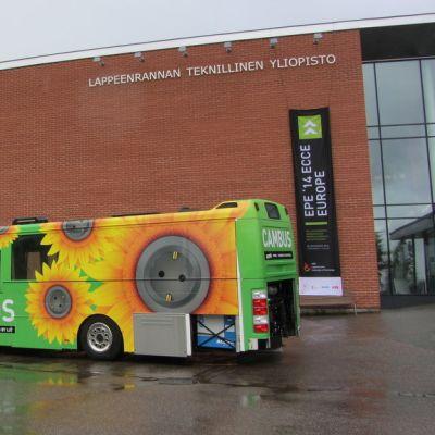 hybridilinja-auto Lappeenrannan teknillisen yliopiston pihalla