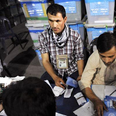 Afganistanilaiset vaalivirkailijat uudelleenlaskevat ääniä Kabulissa.