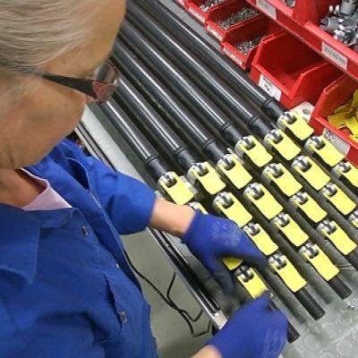 Exelin JOensuun tehtaan työntekijä, tehtaalla tehtäviä putkia
