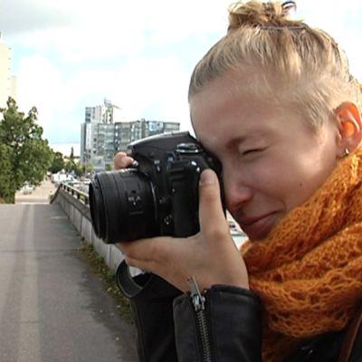 Noora Partanen kuvaamassa Kouvolan keskustassa.