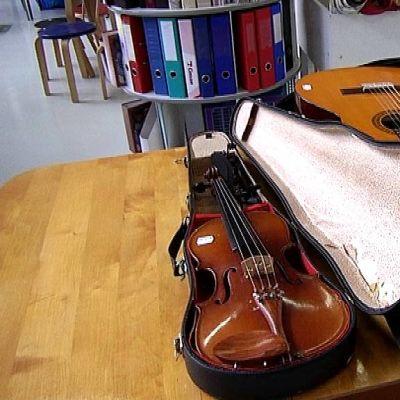 Viulu ja kitara koteloissaan