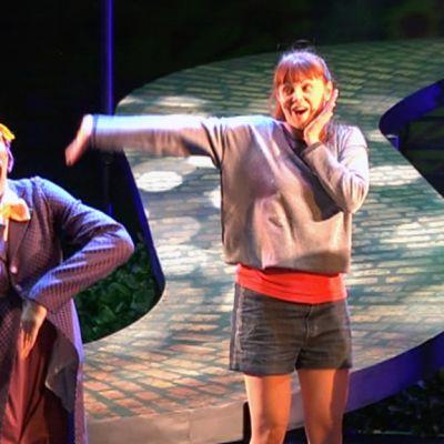 Näyttelijöitä Vaasan kaupunginteatterin lavalla.