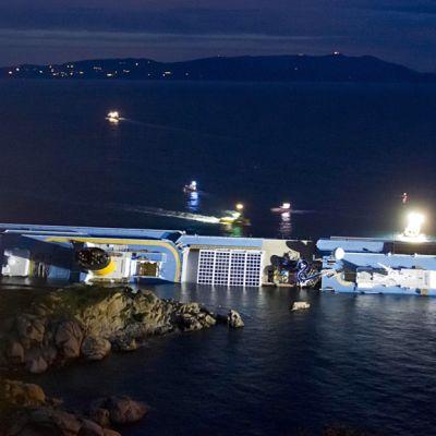 Costa Concordia alus kyljellään Giglio saaren edustalla.