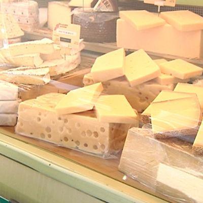 Ranskalaisia juustoja tarjolla Kokkolan keskustassa.