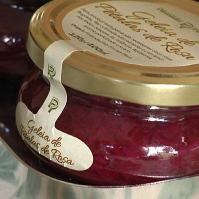 Purkki ruusunterälehtihilloa, jossa portugalinkieliset etiketit