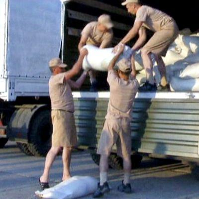 Venäläiset lastaavat avustuskuljetusta.