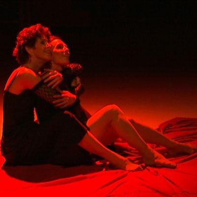 Tanssijat Tiina Lindfors ja Anneke Lönnroth punaisessa valossa.