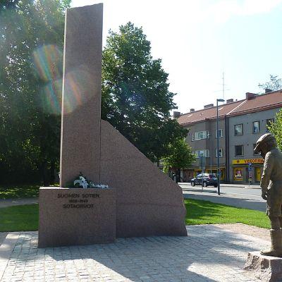 Lappeenrannassa elokuussa 2012 paljastettu Sotaorpopatsas.