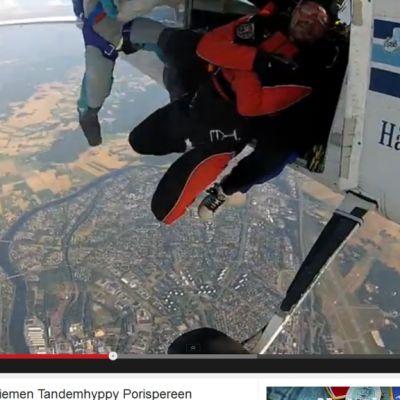 Pauli Hanhiniemi hyppää lentokoneesta laskuvarjolla