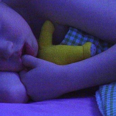 Lapsi nukkuu.